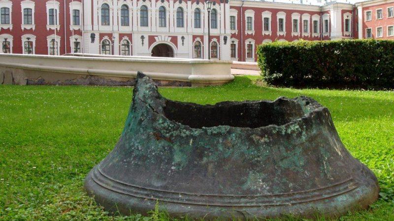 zbytek zvonu z kostela