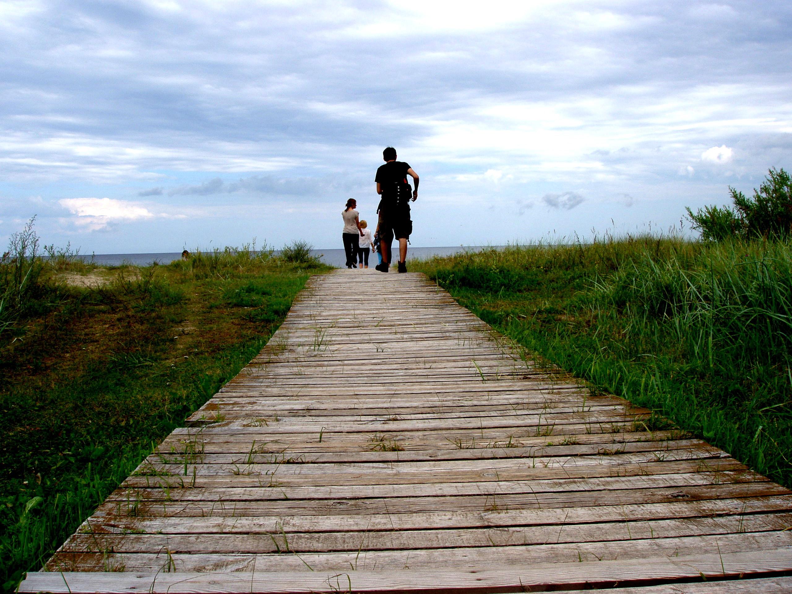 dřevěné cestičky vedoucí k moři