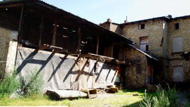 i zde jsou rozbořené domy v centru města