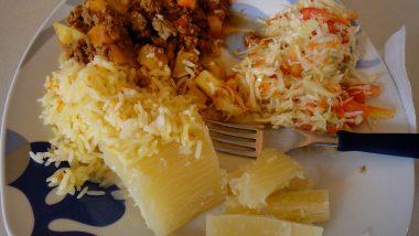 maniok (=kořen juky) a nesmí chybět maso ani salát