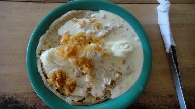 kukuřičná placka, sýr, sýrová omáčka a ostrá cibulka