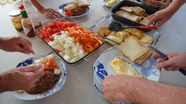 bohatá snídaně - vajíčka, sýr, gallo pinto a tropické ovoce