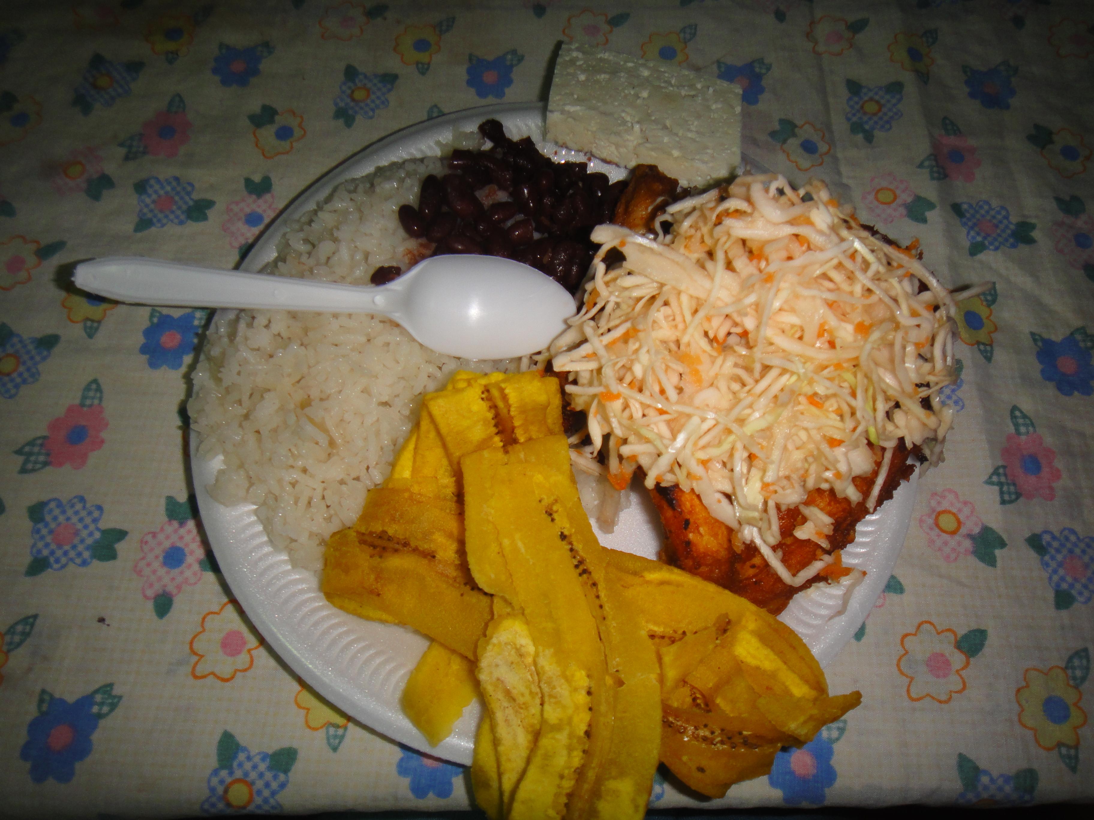 výborné kuře, banánové lupínky, rýže, fazole, sýr a salát