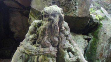barokní sochy zarostlé mechem a lišejníky