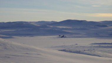 krajina a zamrzlé jezero