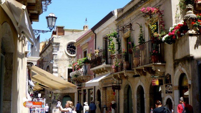 tradiční ulice v Taormině