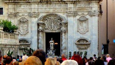 patronka města (sv. Lucie) vynášená z chrámu při slavnosti
