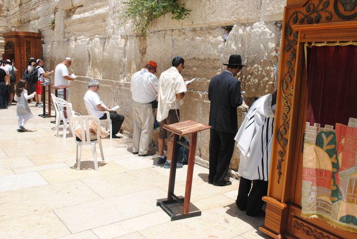 Mužská a ženská část prostoru před Zdí nářku jsou striktně odděleny a chodí se sem přes bezpečnostní kontrolu.
