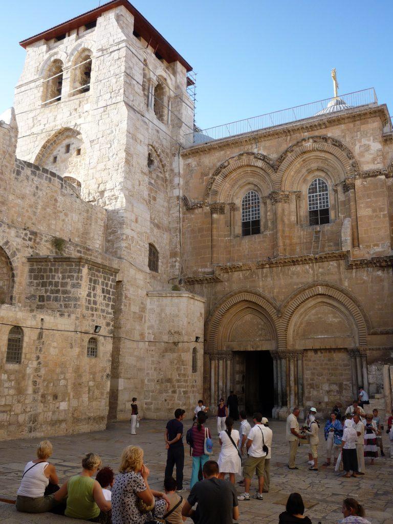 Poslední zastavení Křížové cesty. Chrám leží na místě, které většina křesťanů uctívá jako Golgotu nebo Kalvárii. Chrám vlastní společně katolická, pravoslavná a arménská církev a vlastnictví jednotlivých částí je přesně vymezené.