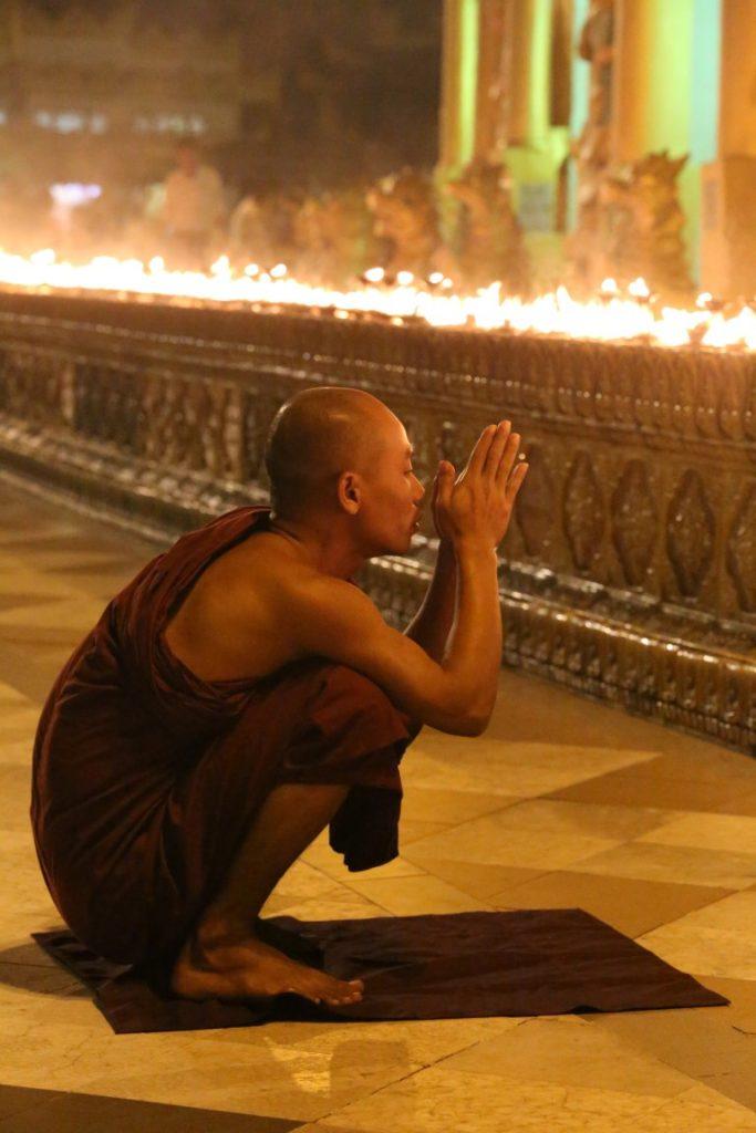 modlitba ve večerní pagodě ulicemi Rangúnu k pagodě Shwedagon