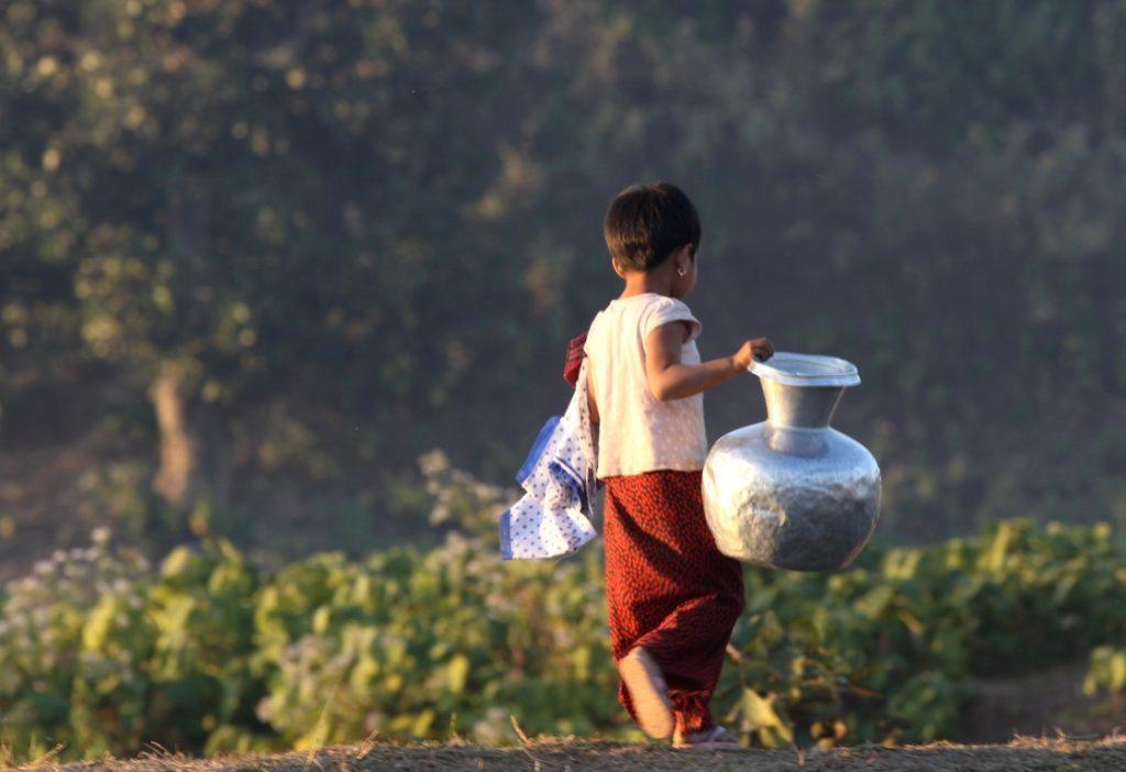 barmské děvčátko se stříbrnou nádobou