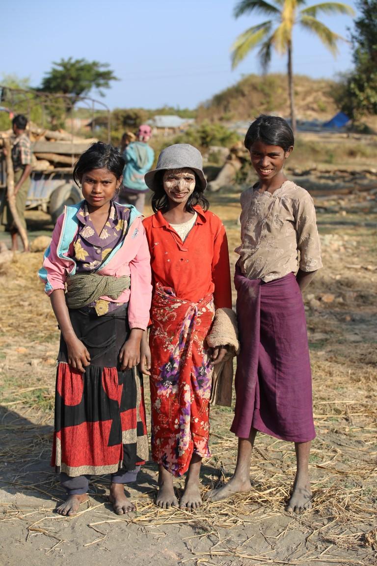 bBangladéžské dívky , které pracují v cihelně
