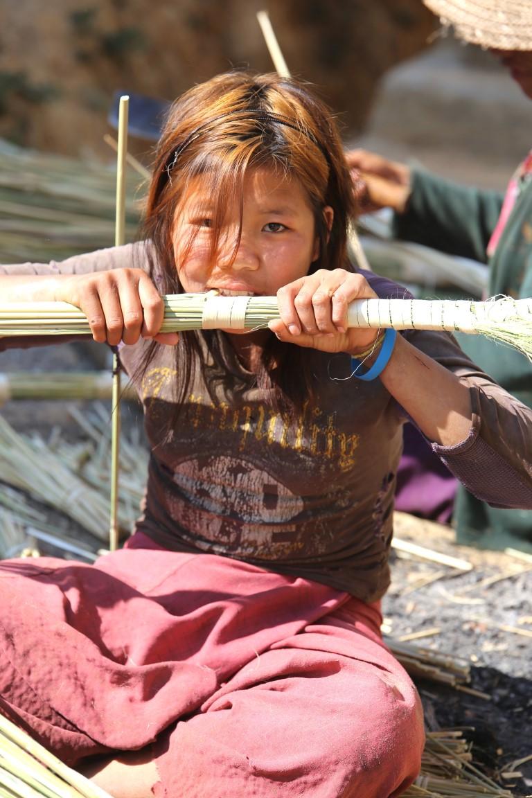 ženy vyrábějí košťata,v tibetské vesnici, Myanmar
