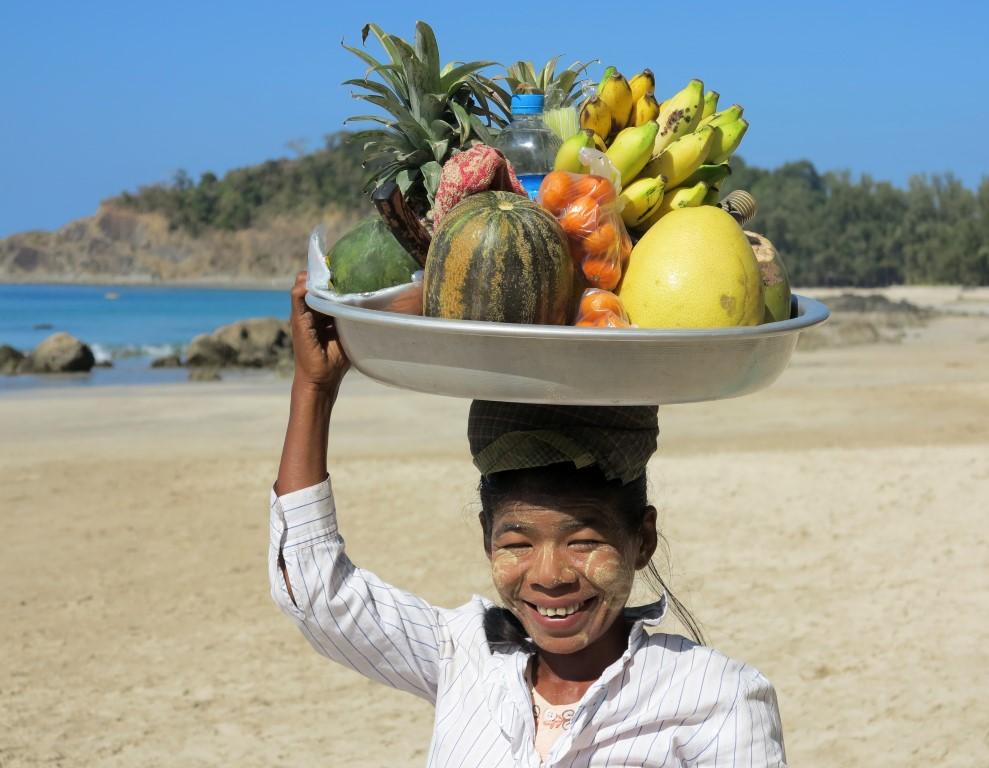 barmské ženy s ovocem pláž Ngapali