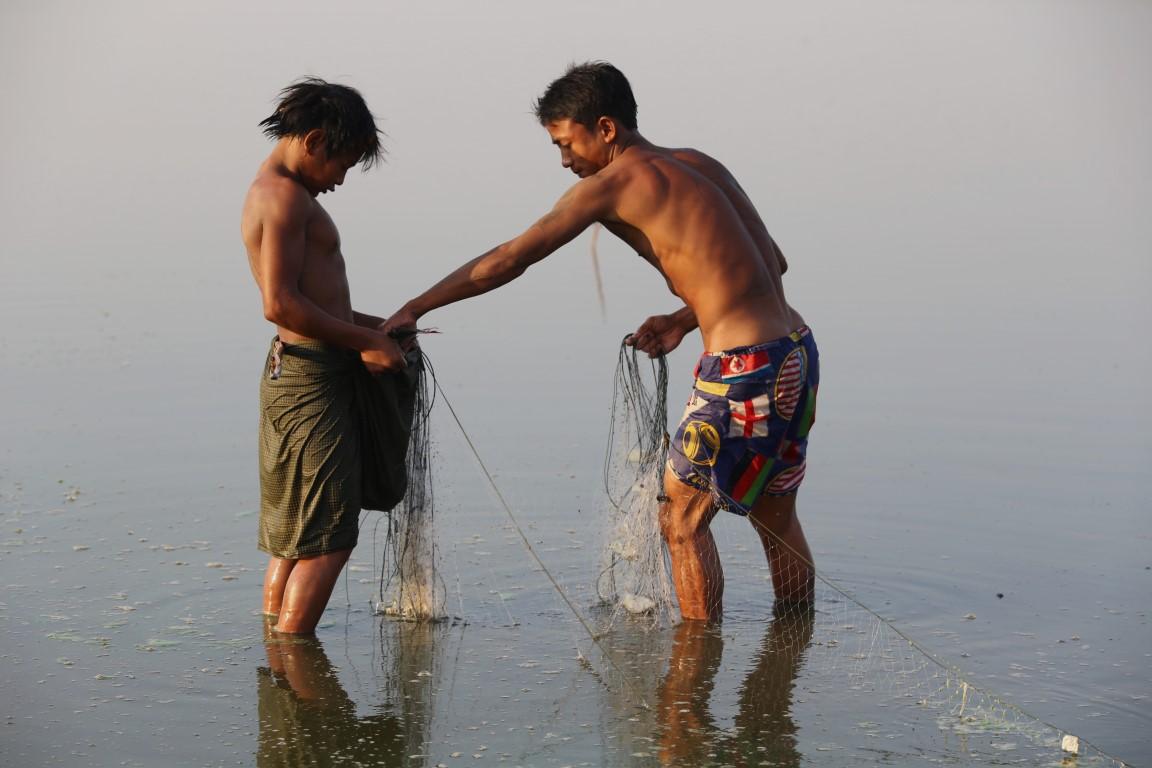 rybáři na jezeře Taungthaman