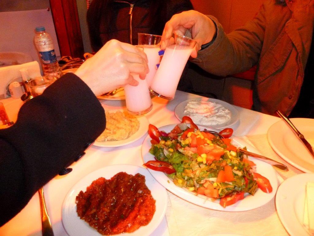 pořádná večeře s popíjením rakie