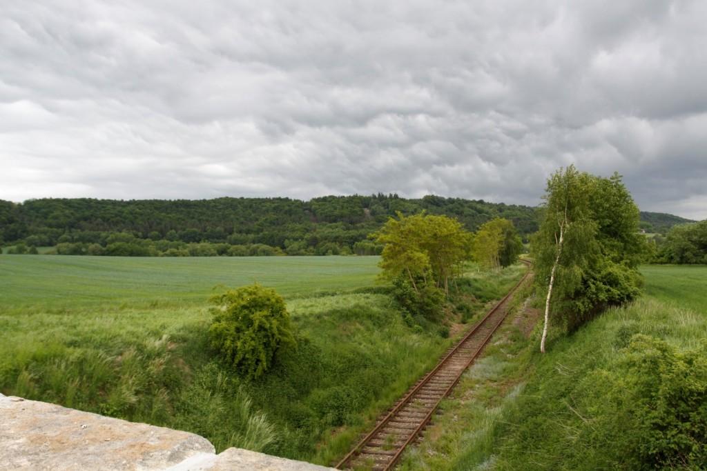 železnice pod kamenným mostem