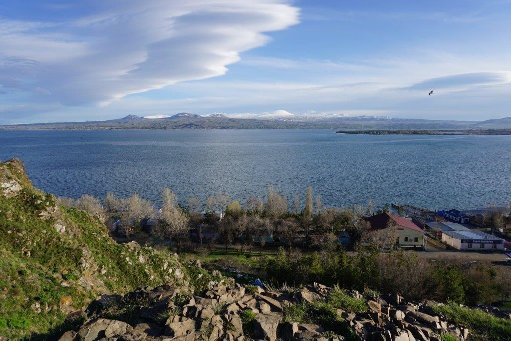Výhled na jezero Sevan a Geghamské hory v pozadí