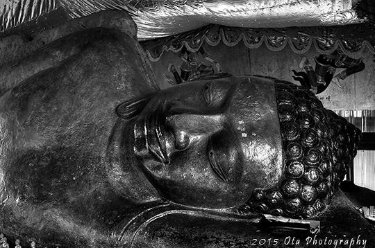Odpočívající Buddha. Obrovská socha vytesaná z vrcholku skály.