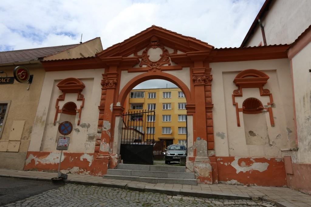 Barokní brána u bývalého zámku