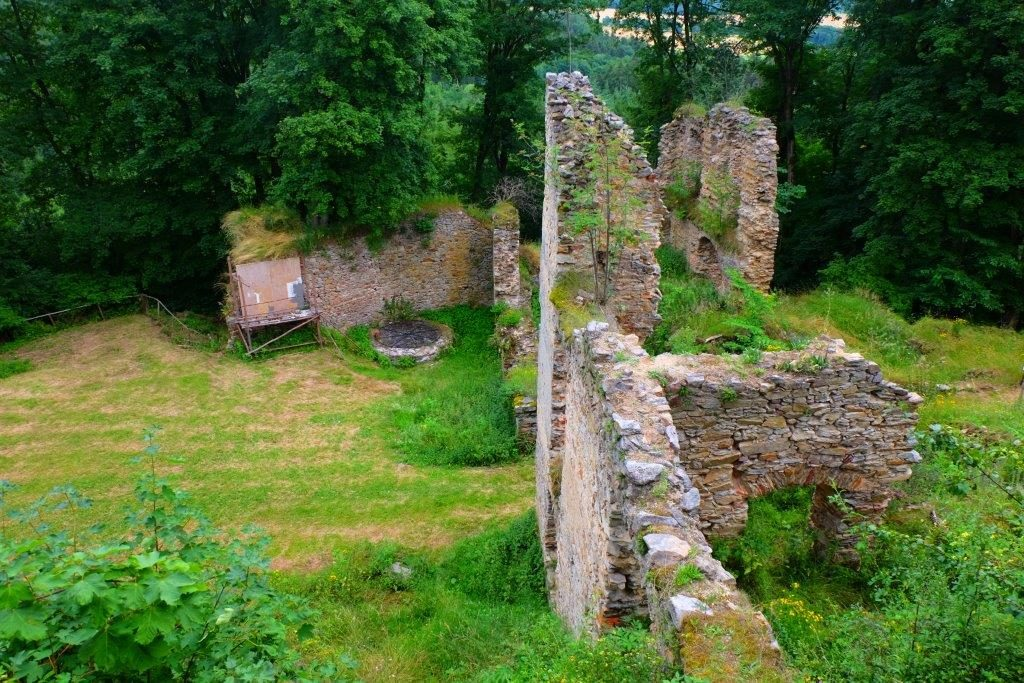 zbytky zdí hradu