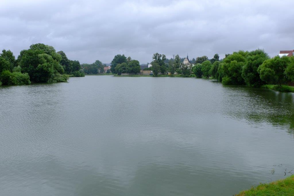pohled na rybník od zámku