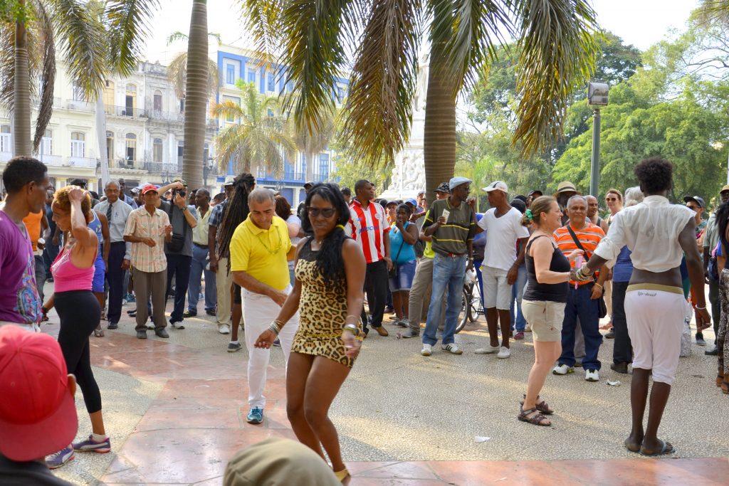 tančící lidé v parku