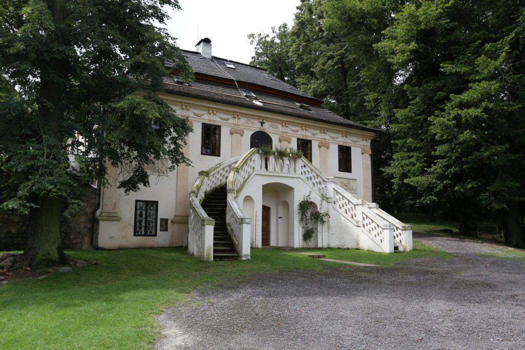 zrekonstruovaný empírový domek majitelů zámku