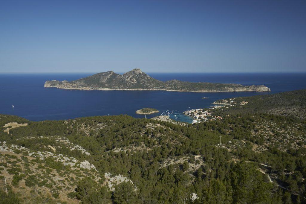 spaní pod širákem výhled na městečko  Sant Elm a ostrov s národním parkem Sa Dragonera