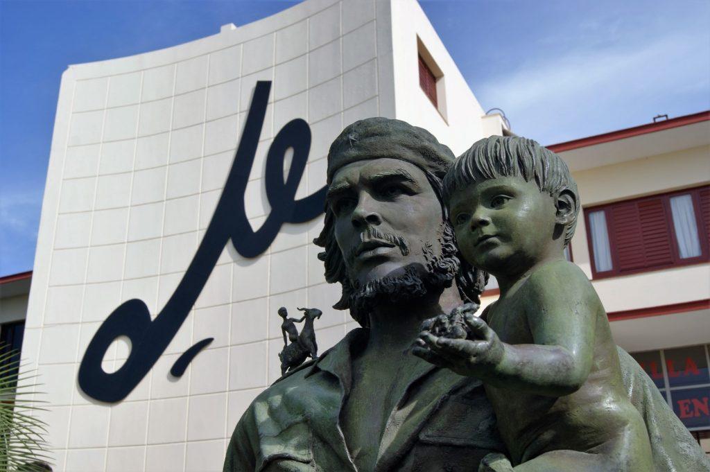 El Che de los Ninos s podpisem na budove kom. strany
