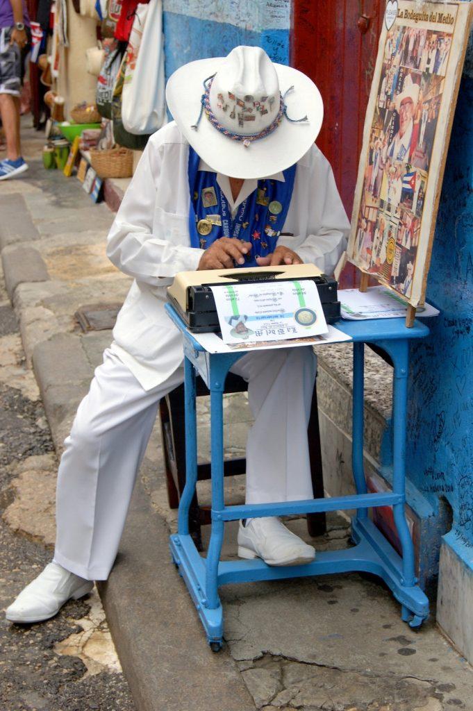 pisař v kosili guayabera