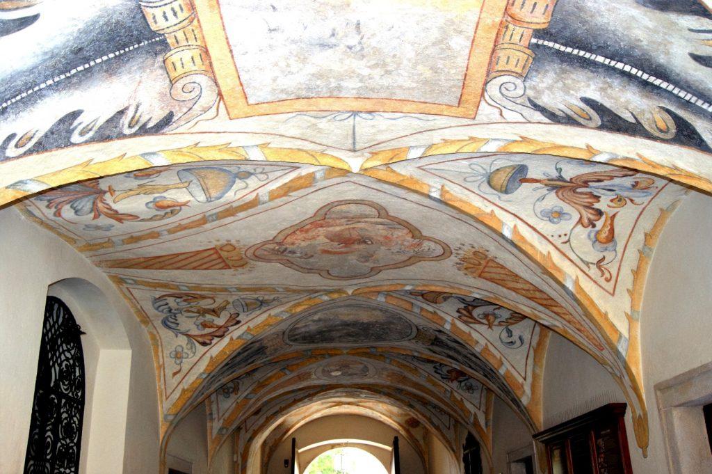 vstup do zámku strop