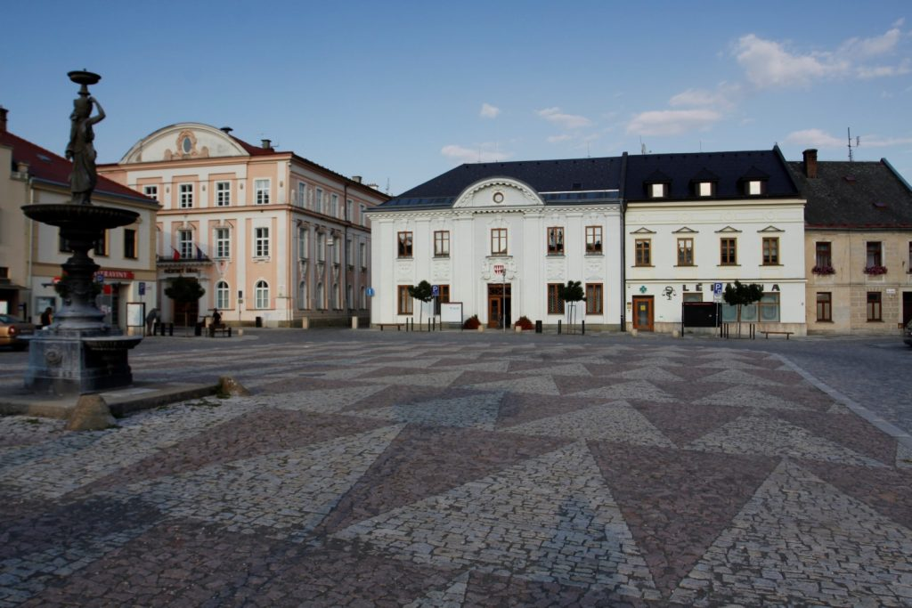 náměstí Mohelnice v čele s městskou radnicí