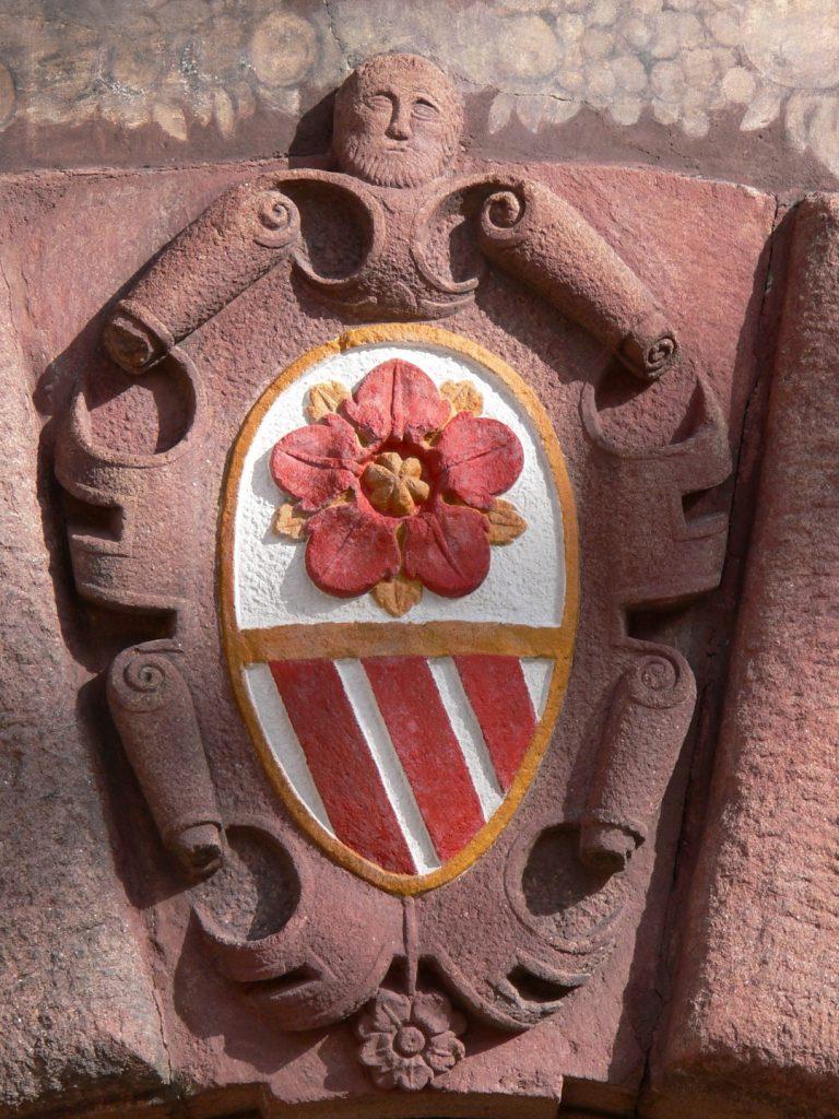 pětilisté šípkové růže na zámecké bráně znak rodu Rožmberků